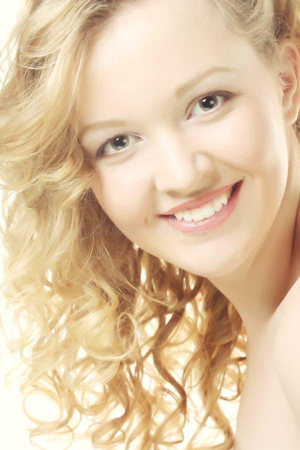 Retrato de la chica joven hermosa con la piel limpia en la cara bonita - fondo blanco imagen de archivo libre de regalías