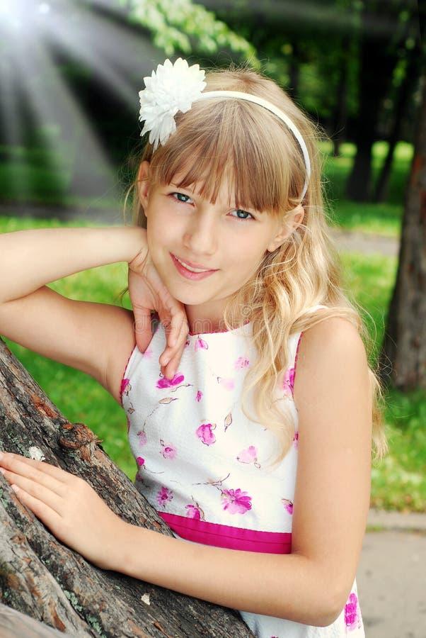 Retrato de la chica joven hermosa en un parque imagenes de archivo
