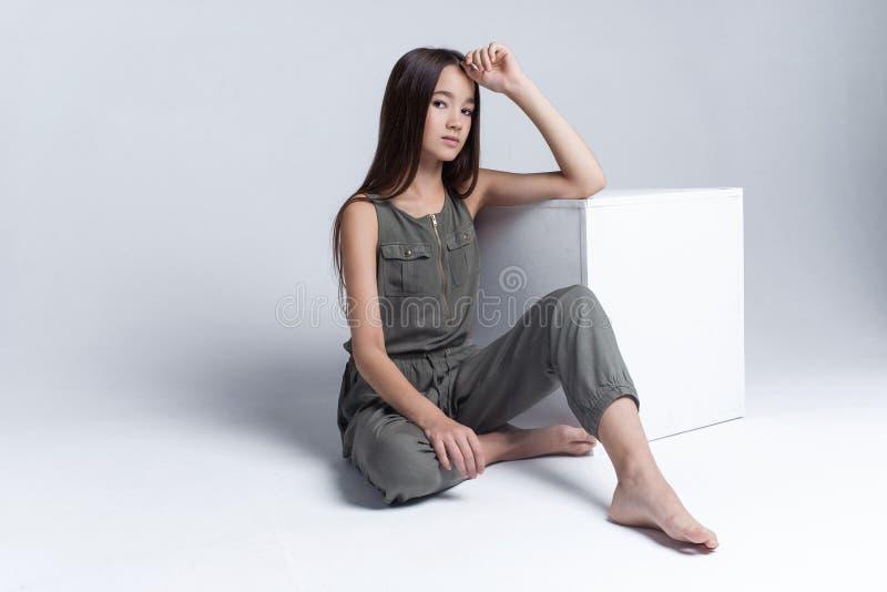 Retrato de la chica joven hermosa que presenta en estudio imagen de archivo