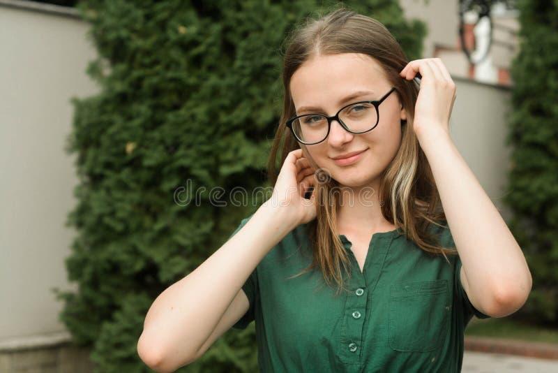 Retrato de la chica joven linda con las lentes, sonriendo Pelo rubio, muchacha adolescente natural, hermosa de la edad Retrato de fotos de archivo libres de regalías