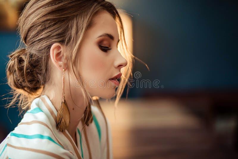 Retrato de la chica joven linda en cara llena imagen de archivo