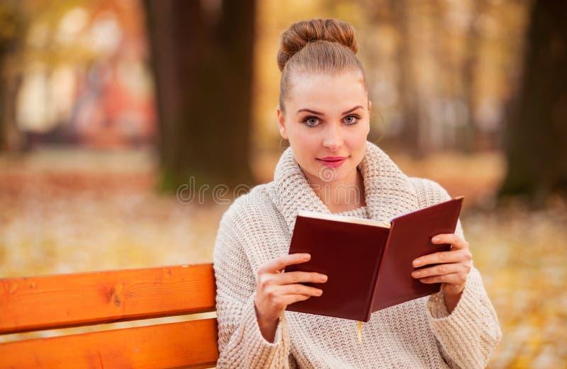 Retrato de la chica joven que lee un libro fotografía de archivo libre de regalías