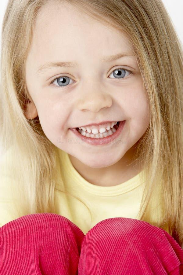 Retrato de la chica joven sonriente foto de archivo