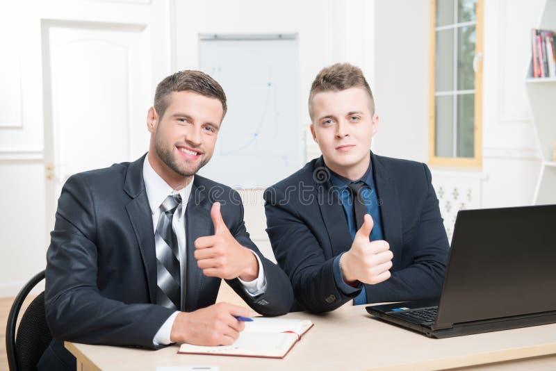 Download Retrato De La Cintura-para Arriba De Dos Hombres De Negocios Hermosos Adentro Imagen de archivo - Imagen de ordenador, businessman: 44854539