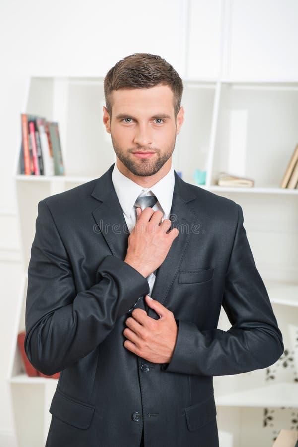 Download Retrato De La Cintura-para Arriba Del Hombre De Negocios Hermoso Con Imagen de archivo - Imagen de atractivo, elegante: 44856353