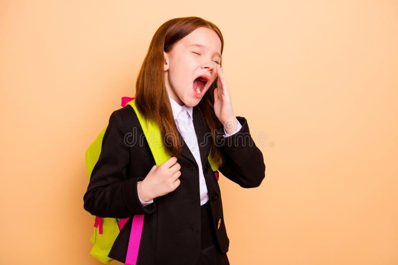Retrato de la clase agujereada cansada preciosa atractiva agradable del aburrimiento de la chaqueta de la chaqueta del principian imagenes de archivo