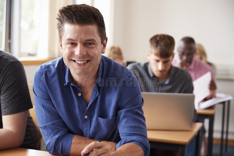 Retrato de la clase madura de Attending Adult Education del estudiante masculino imagenes de archivo