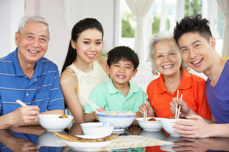 Retrato de la consumición china multigeneración de la familia foto de archivo