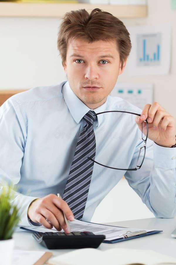 Retrato de la contable o del inspector financiero que lleva a cabo su glasse fotografía de archivo