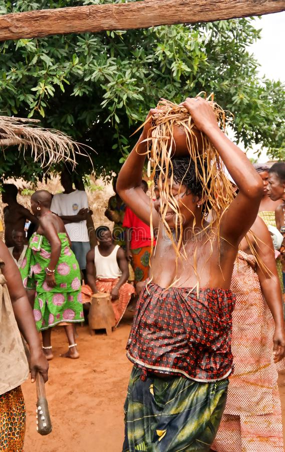 Retrato de la danza del woodoo del baile de la mujer de la GEN de la oveja aka Anfoin, Togo fotos de archivo