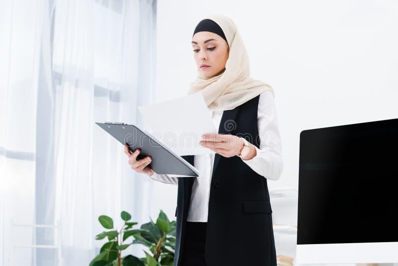retrato de la empresaria árabe concentrada fotos de archivo libres de regalías