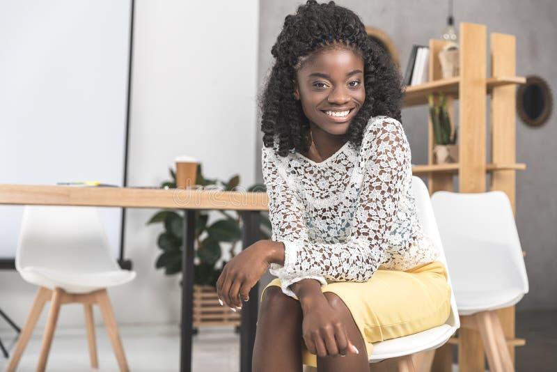 Retrato de la empresaria afroamericana hermosa fotografía de archivo libre de regalías