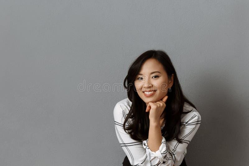 Retrato de la empresaria asiática sonriente imágenes de archivo libres de regalías