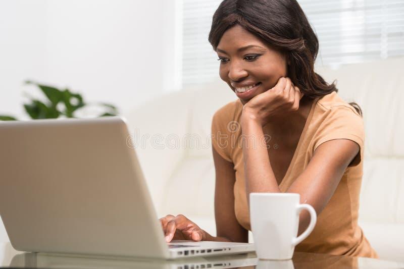 Retrato de la empresaria atractiva que trabaja en el ordenador portátil imágenes de archivo libres de regalías