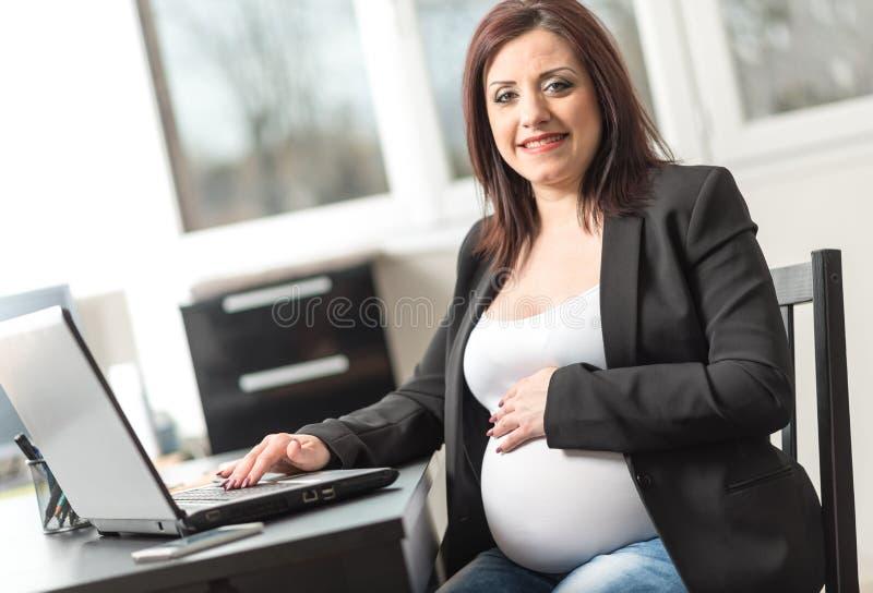 Retrato de la empresaria embarazada sonriente foto de archivo libre de regalías