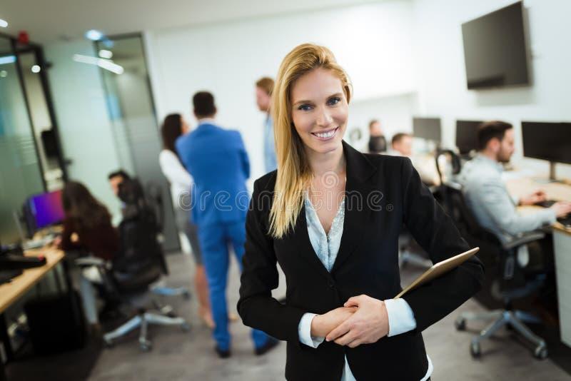 Retrato de la empresaria hermosa acertada en oficina foto de archivo libre de regalías