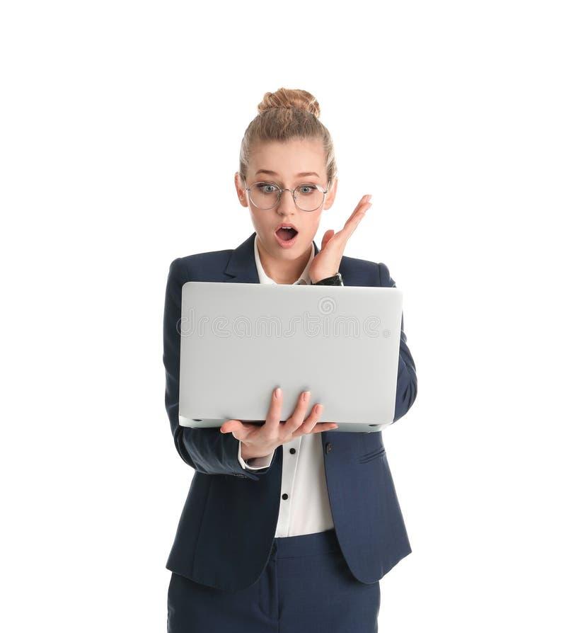 Retrato de la empresaria joven emocional con el ordenador portátil foto de archivo