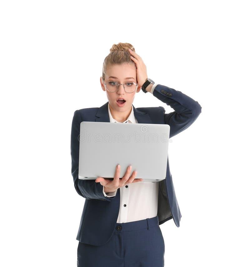 Retrato de la empresaria joven emocional con el ordenador portátil fotos de archivo