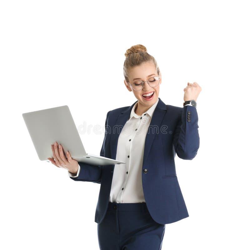 Retrato de la empresaria joven feliz con el ordenador portátil en blanco fotografía de archivo