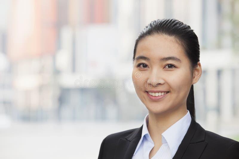 Retrato de la empresaria joven sonriente, de principal y de hombros fotos de archivo