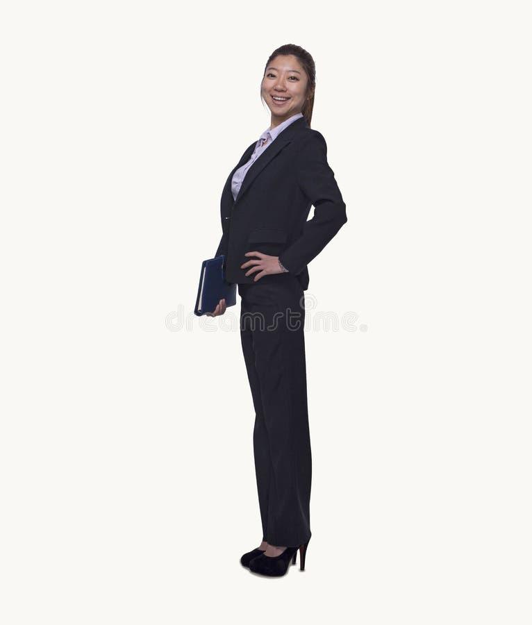 Retrato de la empresaria joven sonriente que detiene a su organizador personal, integral, tiro del estudio foto de archivo libre de regalías