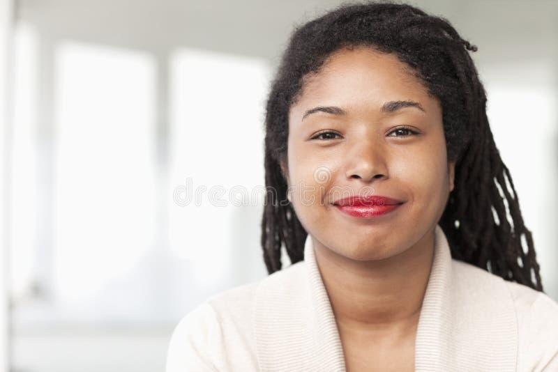 Retrato de la empresaria sonriente con los dreadlocks, principal y los hombros imagen de archivo libre de regalías