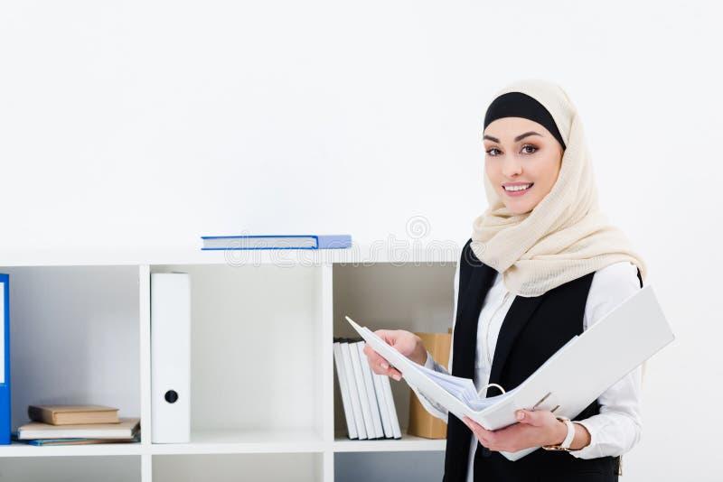 retrato de la empresaria sonriente en hijab con la carpeta foto de archivo libre de regalías