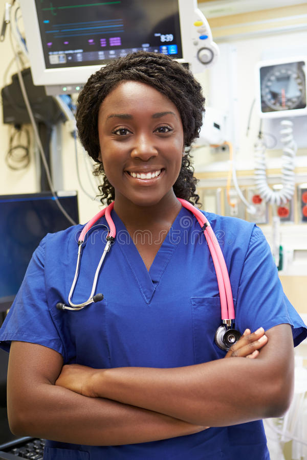 Retrato de la enfermera de sexo femenino In Emergency Room imagenes de archivo