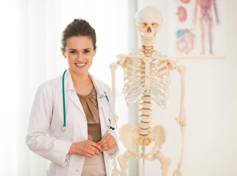 Retrato de la enseñanza feliz de la mujer del médico imagen de archivo