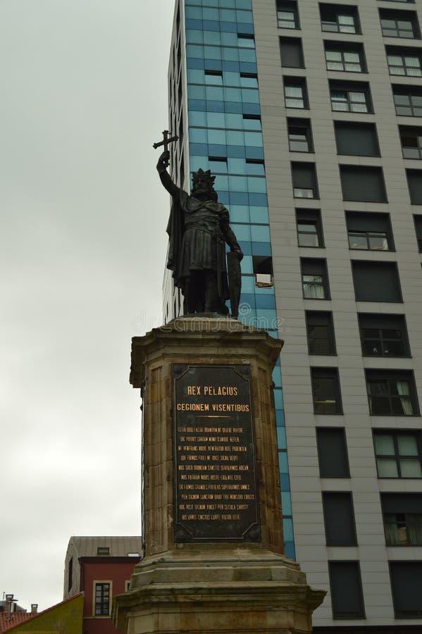 Retrato de la estatua de Don Pelayo In Gijon Arquitectura, viaje, días de fiesta, ciudades imágenes de archivo libres de regalías