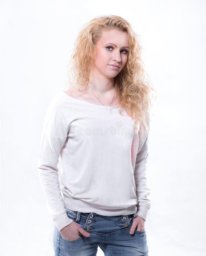 Retrato de la estudiante linda aislada en blanco foto de archivo