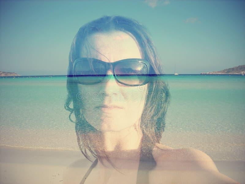 Retrato de la exposición doble de una mujer joven en fondo del verano foto de archivo libre de regalías