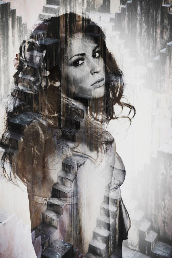 Retrato de la exposición doble de la mujer hermosa joven imagen de archivo