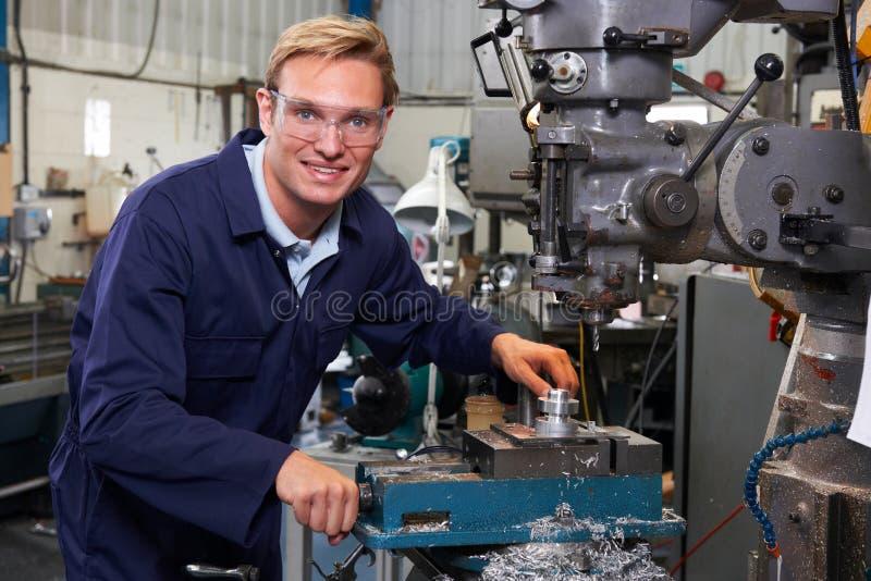 Retrato de la fábrica de Using Drill In del ingeniero imagen de archivo libre de regalías