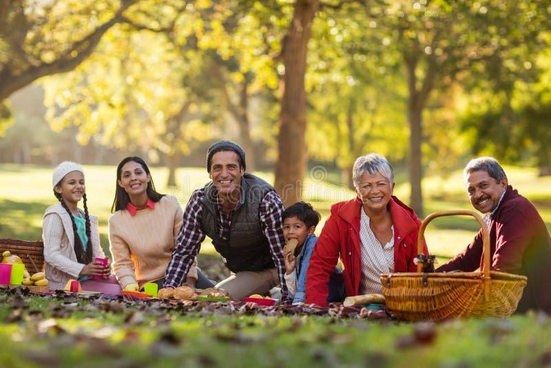Retrato de la familia alegre en el parque imagenes de archivo
