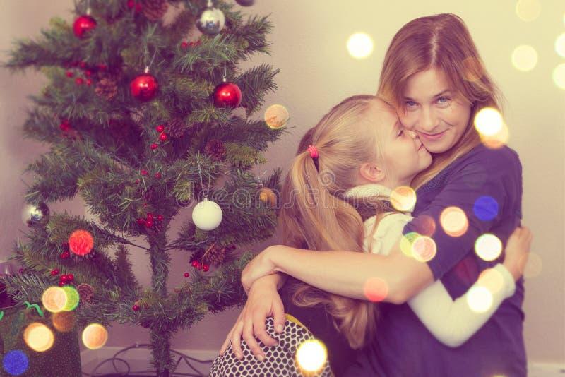 Retrato de la familia cerca del árbol del Año Nuevo imagenes de archivo