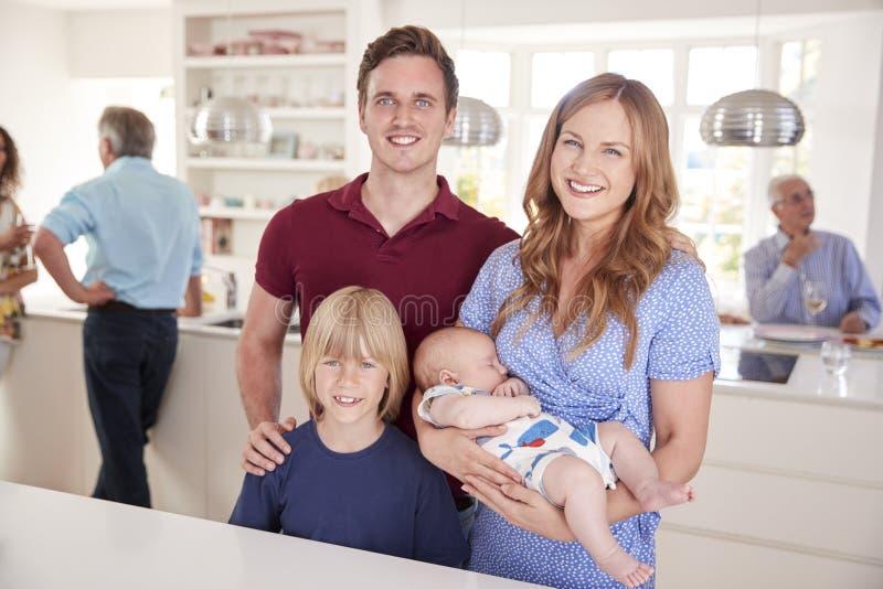Retrato de la familia con los amigos en la cocina para el partido multigeneración fotografía de archivo libre de regalías