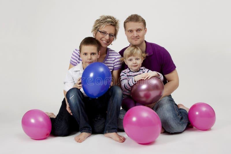 Retrato de la familia con los globos fotografía de archivo libre de regalías