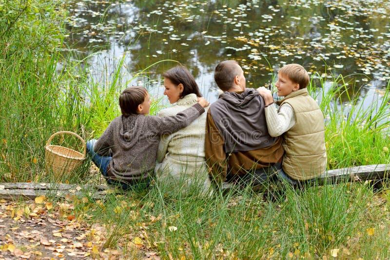 Retrato de la familia de cuatro miembros en parque fotografía de archivo libre de regalías
