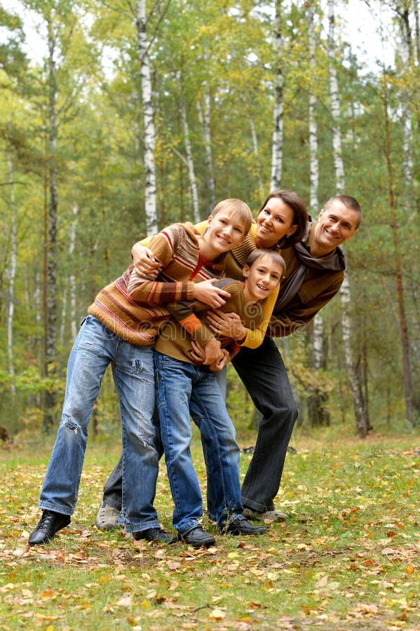 Retrato de la familia de cuatro miembros en parque imágenes de archivo libres de regalías