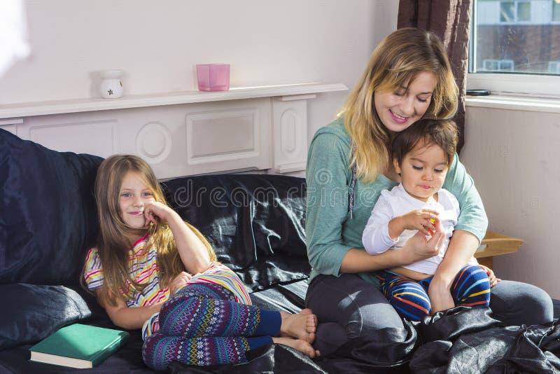 Retrato de la familia en cama en casa fotos de archivo