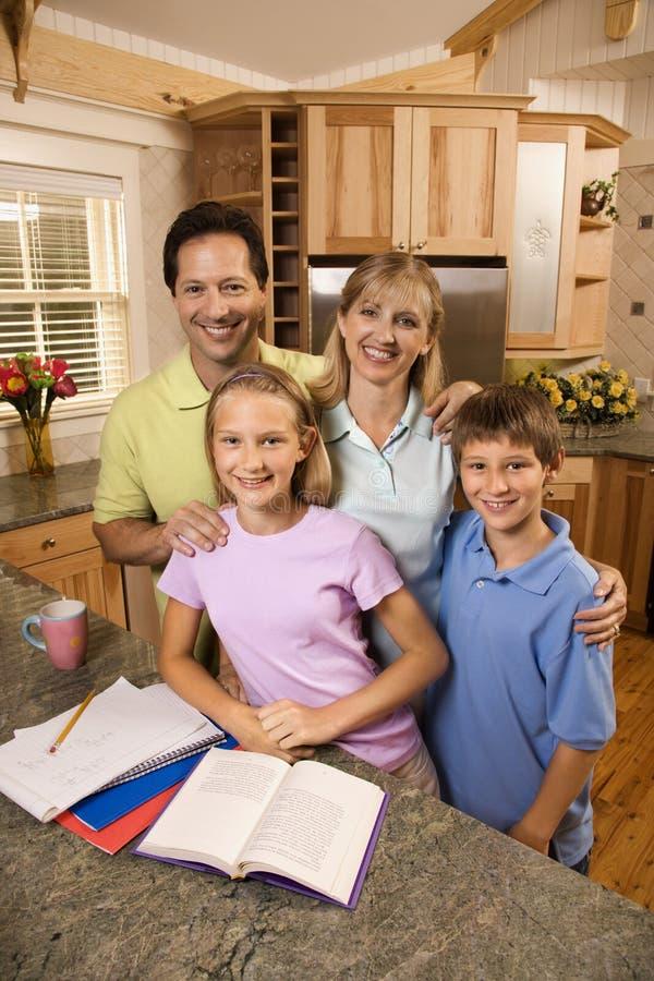 Retrato de la familia en cocina. imagen de archivo