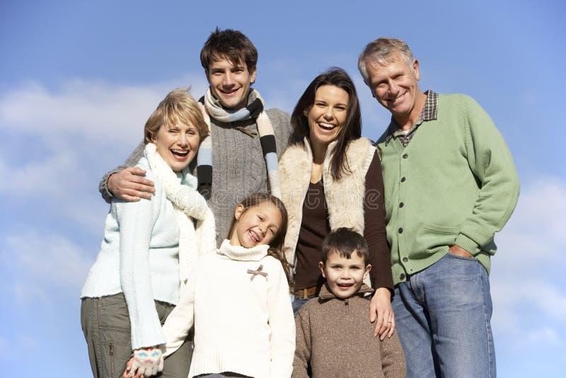 Retrato de la familia en el parque imagen de archivo libre de regalías
