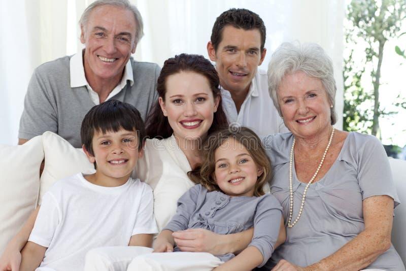 Retrato de la familia en el sofá fotos de archivo