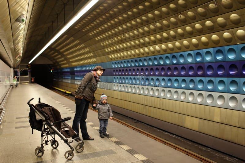 Retrato de la familia en la estación de metro fotos de archivo