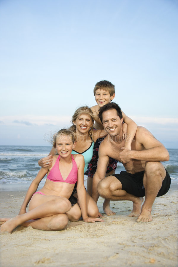 Retrato de la familia en la playa. imagen de archivo