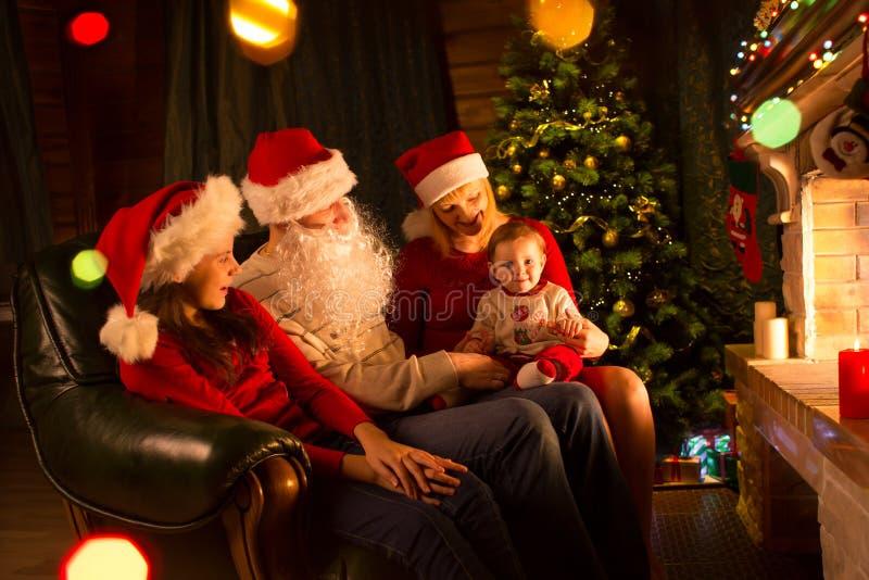 Retrato de la familia en la sala de estar casera del día de fiesta en el árbol de navidad imágenes de archivo libres de regalías