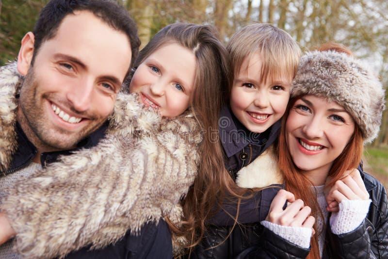 Retrato de la familia en paseo del campo del invierno junto foto de archivo