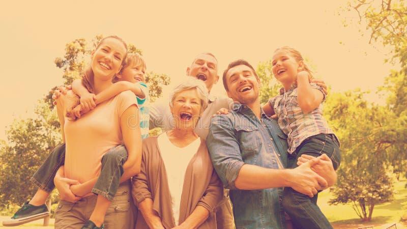Retrato de la familia extensa alegre en el parque imagenes de archivo