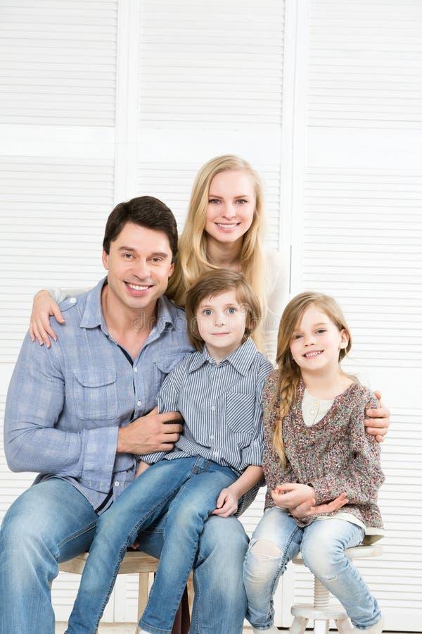 Retrato de la familia feliz imagen de archivo libre de regalías
